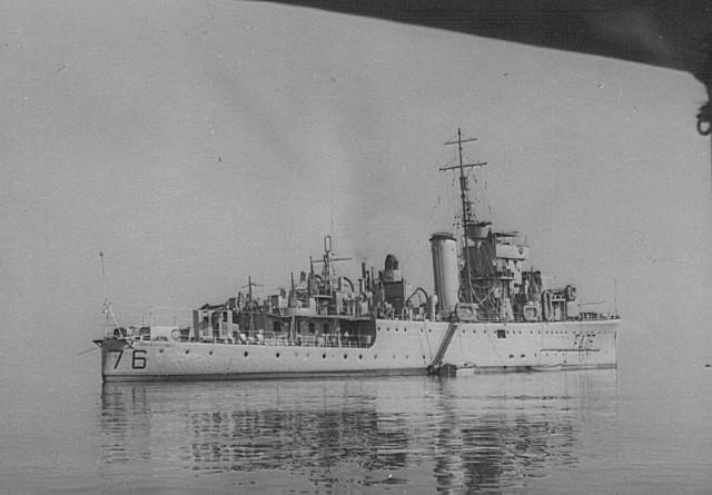 O vaso de guerra, em serviço de soberania, cuja simpática tripulação satisfez umas encomendas