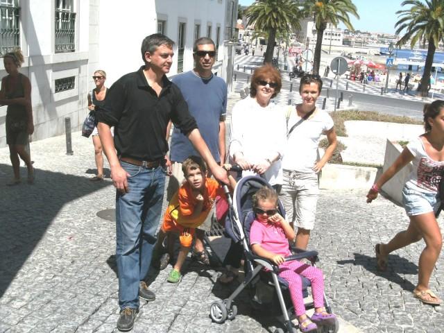 """E aqui está o resultado dos anos que voam: A """"lindeza"""" de extasiar, o Rui Paulo, de óculos, a seguir ao irmão Cláudio Cesar, minha esposa Vivienne e minha nora Anja, tendo aos pés o meu neto Rui Nelson e, no carrinho, a adorável netinha Rachel, nas suas primeiras férias em Portugal em 2012, vindos do Dubai onde residem há anos."""