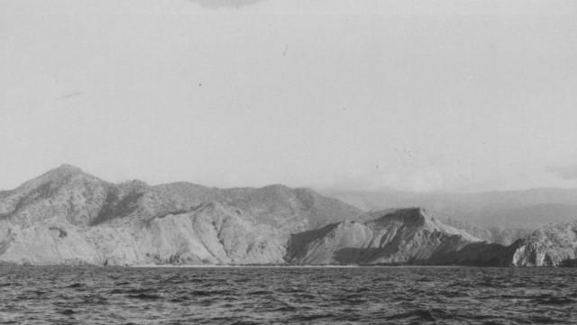Vista do extremo leste da baía, vendo-se a praia da Areia Branca, situada antes de Fatu Cama, que não se vê nesta foto.