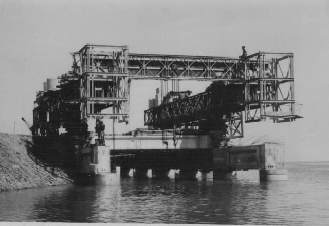 Primeira fase da construção do cais, afundamento de pilares para definir uma plataforma de partida para o resto da obra.