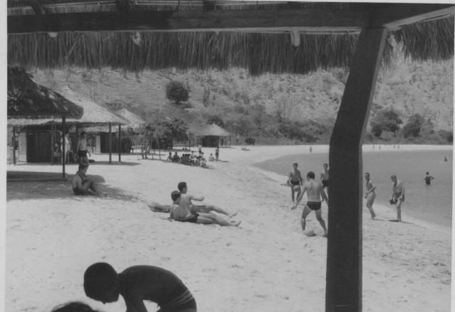 A Praia da Areia Branca, num fim de semana muito concorrido por militares e algumas famílias.