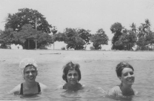 Deanna ao centro, tendo à sua esquerda, a esposa de Pinto Sousa, bom amigo.